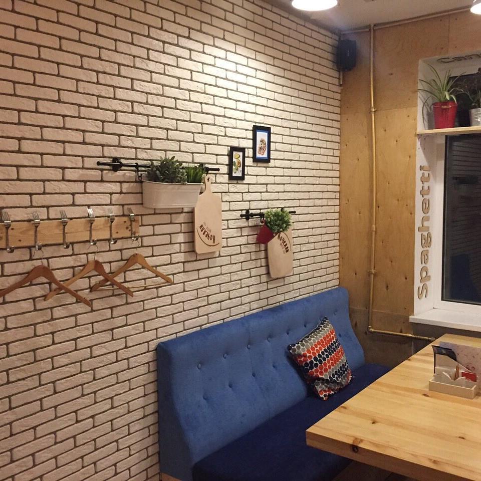 Купить декоративную плитку под кирпич для внутренней отделки балкона.